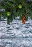 Niederlassungen der Fichte mit Weihnachtsdekorationen auf einem Hintergrund von alten Holzverkleidungen Lizenzfreies Stockfoto