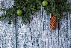 Niederlassungen der Fichte mit Weihnachtsdekorationen auf einem Hintergrund von alten Holzverkleidungen Lizenzfreies Stockbild