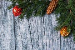 Niederlassungen der Fichte mit Weihnachtsdekorationen auf einem Hintergrund von alten Holzverkleidungen Stockbilder