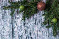 Niederlassungen der Fichte mit Weihnachtsdekorationen auf einem Hintergrund von alten Holzverkleidungen Lizenzfreie Stockbilder