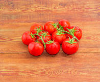 Niederlassungen der reifen roten Tomaten auf der Holzoberfläche Lizenzfreies Stockbild