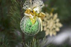 Niederlassungs-Weihnachtsbaum im Schnee im eisigen Freilicht Stockbild