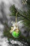 Niederlassungs-Weihnachtsbaum im Schnee im eisigen Freilicht Lizenzfreies Stockfoto