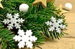 Niederlassungsbaum mit Schneeflocke und goldenem Stern Stockfotos