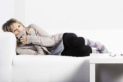 Niederlegung auf einer weißen Couch Stockfoto