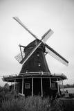 Niederländische Windmühle in Schwarzweiss Stockbild