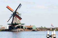Niederländische Windmühlenlandschaft Stockfotos