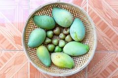 Niedojrzały mango i śliwka w koszu zdjęcie royalty free
