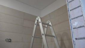 Niedokończona łazienka w nowym mieszkanie domu budynku mieszkaniowym zdjęcie wideo