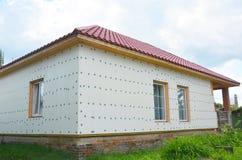 Niedokończona domowa izolacja przygotowywająca dla gipsować ścianę z fiberglass siatką, tynk siatka, sztywno piankowa izolacja Fotografia Stock