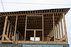 Niedokończony attyk, drewniani promienie i deska dach obrazy stock
