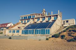 Niedokończony budynek na wybrzeżu przeciw niebieskiemu niebu zdjęcie stock