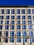 Niedokończony budynek z nowymi okno i betonowymi ścianami przed kończyć i malować fotografia stock