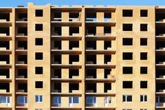niedokończony cegła dom na tle niebieskie niebo zdjęcie royalty free