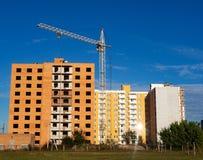 Niedokończony ceglany multistory budynek z żurawiem na budowie, mieszkanie własnościowe obrazy royalty free