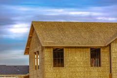 Niedokończony dom w brzasku przeciw chmurnemu niebu zdjęcie royalty free
