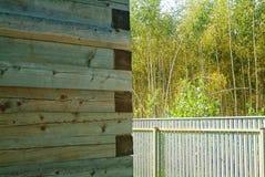 Niedokończony drewniany dom w jesieni zdjęcia stock