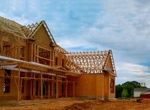 Niedokończony drewniany ramowego budynku lub otoczki promień nowy dom zdjęcie royalty free
