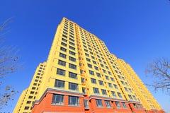 Niedokończony koloru budynek pod błękitnym niebem, Obraz Royalty Free
