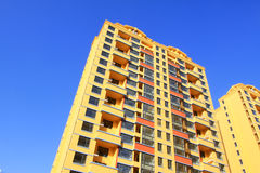 Niedokończony koloru budynek pod błękitnym niebem, Obrazy Royalty Free