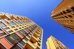 Niedokończony koloru budynek pod błękitnym niebem, Zdjęcia Royalty Free