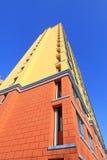 Niedokończony koloru budynek pod błękitnym niebem, Obrazy Stock