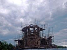 Niedokończony Ortodoksalny kościół wśród drzew obraz stock