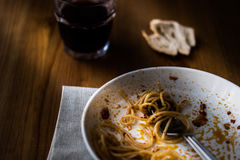 Niedokończony posiłek spaghetti z napojem i chlebem obraz royalty free