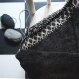 Niedokończony trykotowy pulower na dziewiarskich igłach Obrazy Royalty Free