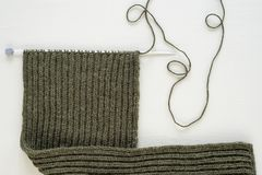 Niedokończony woolen szalik na białym tle zdjęcia royalty free