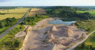 Niedrig Antenne über kleinem Teich Luftgesamtlänge über kleinem See/Teich steinbruch stock footage
