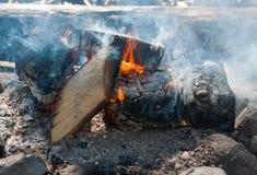 Niedrig-brennendes Feuer umgeben durch Steine Stockfotos