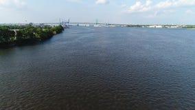 Niedrig fliegen, zum von Delaware River Philadelphia zu wässern stock video