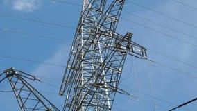 Niedrig-Winkelansicht von Strommasten stock video footage