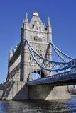Niedrige Ansicht der Kontrollturm-Brücke Stockfotografie