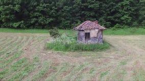 Niedrige Antenne in Richtung zum alten und verlassenen Haus stock video