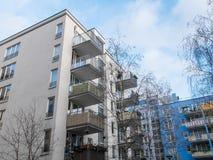 Niedrige Aufstiegs-Wohnungen in der Wohnnachbarschaft Stockbild
