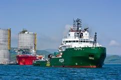 Niedrige Bohrinsel des Schleppens Primorsky Krai Ost (Japan-) Meer 01 06 2012 Lizenzfreies Stockbild