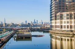 Niedrige Docks Londons bilden Themse-Ansicht mit Stadtzentrum aus Stockbild