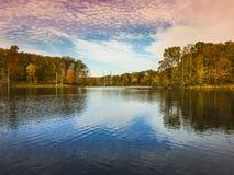 Niedrige Engelsansicht von kleinem Seneca Lake an schwarzem Hügel Reginal-Park Stockfotografie