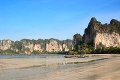 Niedrige Gezeiten auf einem tropischen Strand Lizenzfreies Stockfoto