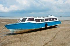 Niedrige Gezeiten und hölzernes Boot stockbilder
