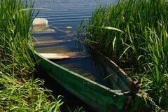 Niedrige Gezeiten und hölzernes motorisiertes Boot Stockbild