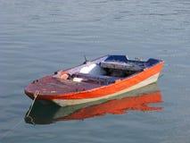 Niedrige Gezeiten und hölzernes motorisiertes Boot Lizenzfreie Stockfotografie