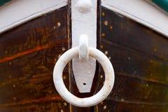Niedrige Gezeiten und hölzernes motorisiertes Boot Stockbilder