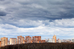 Niedrige graue regnerische Wolken unter Stadt Stockfoto