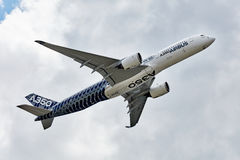Niedrige Luftparade Airbusses A350-900 Der Airbus A350 Stockfotografie