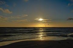 Niedrige Sonne über der Ostsee Stockfotos