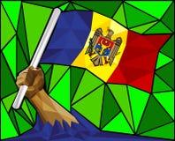 Niedrige starke Polyhand, welche die Flagge von Moldau hißt Lizenzfreies Stockfoto