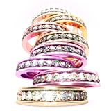 Niedrige Winkelsicht über einen Stapel multi farbige Diamantringe stockfotografie